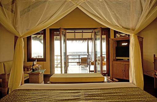 Ausblick vom Bett einer Wasser Villa, Filitheyo Island, Malediven