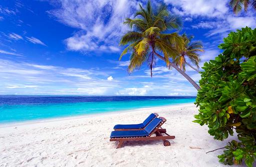 Liegestuhl am Strand, Filitheyo Island, Malediven