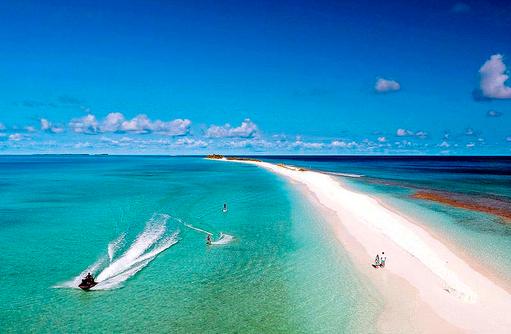 Jetski neben Sandbank, Finolhu, Malediven