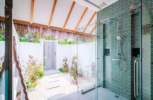 halboffenes Badezimmer mit Aussendusche einer Beach Villa, Finolhu, Malediven