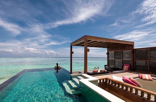 Sunset Water Villa mit Pool, Infinitypool, Sonnendeck, Four Seasons Resort Maldives at Kuda Huraa