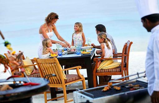 Familien Barbecue am Strand, Four Seasons Resort Maldives at Kuda Huraa