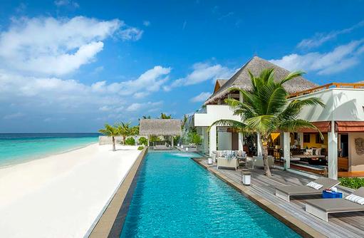 Pool und Bar im Landaa Estate, Four Seasons Resort Maldives at Landaa Giraavaru