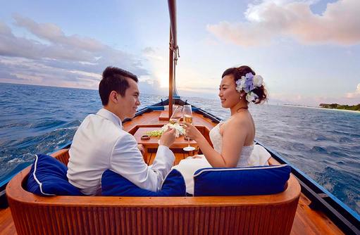 Brautpaar im Boot, Heiraten auf den Malediven, Four Seasons Resort Maldives at Landaa Giraavaru