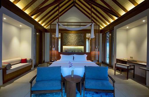 Bett in der Beach Pool Villa, Furaveri Island Resort & SPA, Maldives