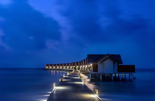 Steg zu den Wassevillen am Abend, Furaveri Island Resort & SPA, Maldives
