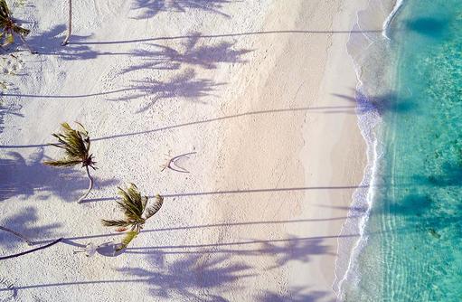 weißer Sandstrand, türkises Meer, Fushifaru Maldives