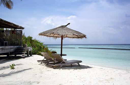 Sonnenliegen vor der Beach Villa, Gangehi Island Resort, Maldives