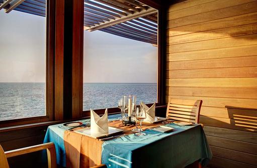 Restaurant Thari, Innenbereich, gedeckter Tisch, Gangehi Island Resort, Maldives