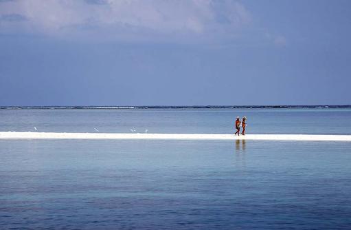 Spaziergang auf der Sandbank, Gangehi Island Resort, Maldives