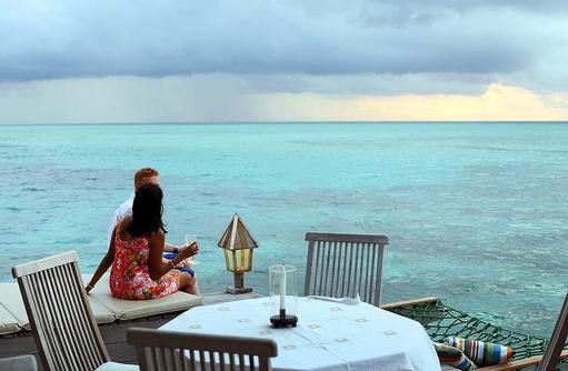 Restaurant Thari, Terrasse bei Dämmerung, Gangehi Island Resort, Maldives