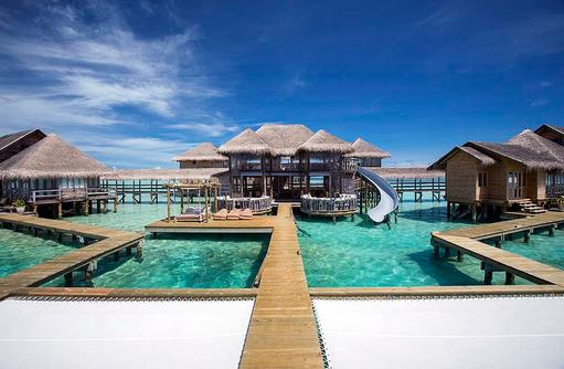 Frontansicht Private Reserve mit Rutsche und Katamarannetzen, Gili Lankanfushi, Maldives