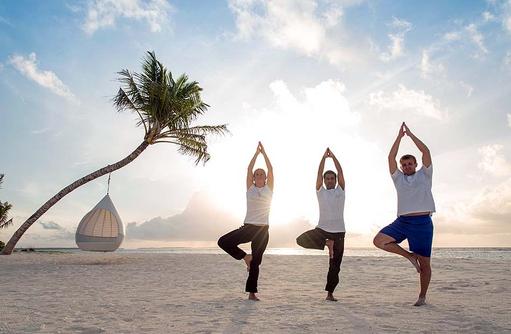 Yogagruppe am Strand, Hideaway Beach Resort & SPA, Maldives