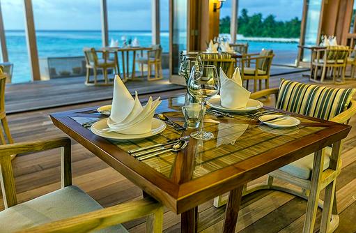 Tisch im Aquarium Restaurant, Hurawalhi Island Resort, Maldives