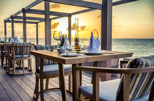 Tisch bei Sonnenuntergang im Aquarium Restaurant, Hurawalhi Island Resort, Maldives