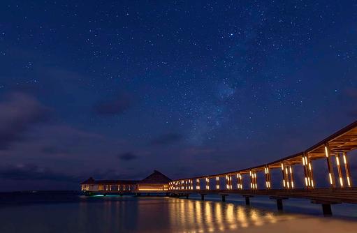 Steg zum Aquarium Restaurant, Hurawalhi Island Resort, Maldives