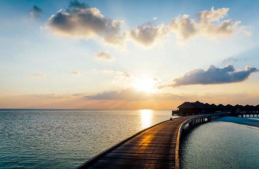 Steg zu den Wasservillen bei Sonnenuntergang, Huvafen Fushi Maldives