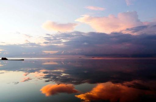 Infinity Pool bei Sonnenaufgang, Farbenspiel, Huvafen Fushi Maldives