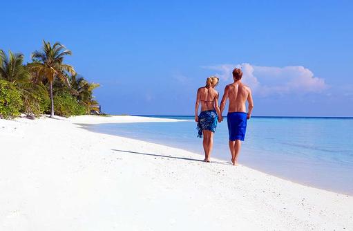 Pärchen beim Strandspaziergang, Innahura Maldives Resort