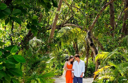 Pärchen auf der Insel, Innahura Maldives Resort