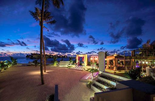 Swarana Eingang am Abend, Jumeirah Vittaveli, Maldives
