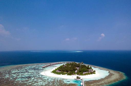 Blick auf die gesamte Insel mit Steg | Kandolhu Maldives