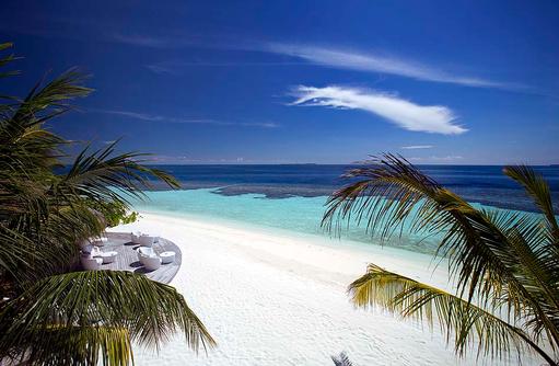 Strandbereich mit Sitzmöglichkeiten | Kandolhu Maldives