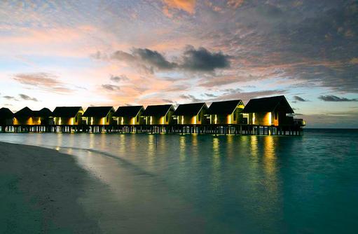 Wasser Villen beim Sonnenuntergang | Kandolhu Maldives
