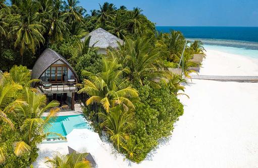 Blick von oben auf die Beachvilla mit Pool | Kandolhu Maldives
