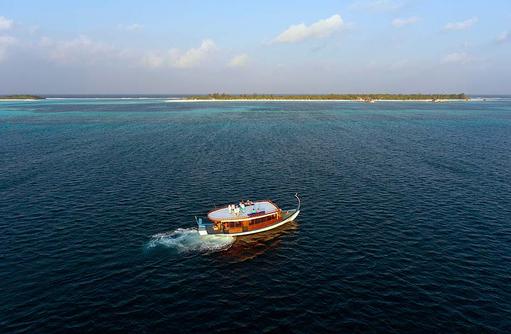 Fahrt auf einem traditionellen Dhoni I Kanuhura Maldives