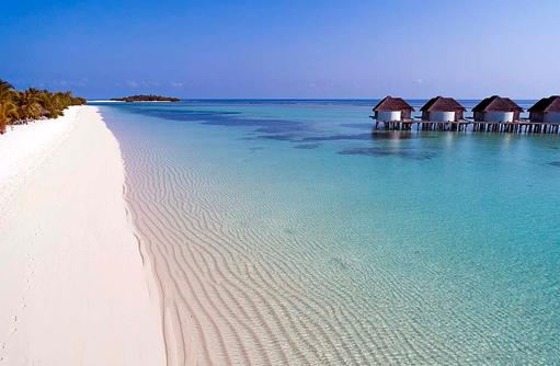 glasklares Wasser und puderweisser Sand I Kanuhura Maldives