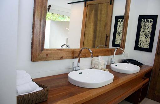 Villa, Badezimmer, Doppelwaschbecken, Kihaa Maldives