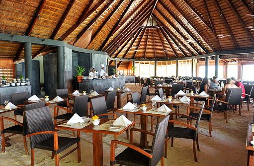 Tische im Falhu Restaurant, Komandoo Island Resort, Maldives