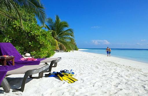 Liegen am Strand, Komandoo Island Resort, Maldives