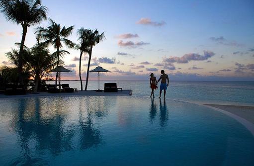 Abendspaziergang am Pool, Komandoo Island Resort, Maldives