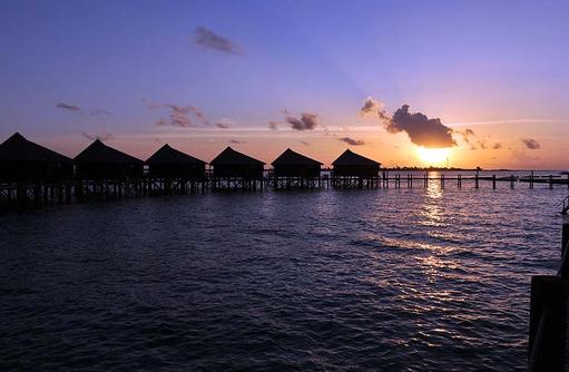 Jacuzzi Wasser Villen bei Sonnenuntergang, Komandoo Island Resort, Maldives
