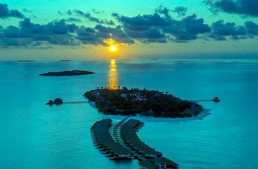 Insel im Sonnenuntergang, Kudafushi Resort & Spa, Maldives