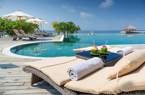 JUJU Pool, Cocktail auf der Liege, Kudafushi Resort & Spa, Maldives
