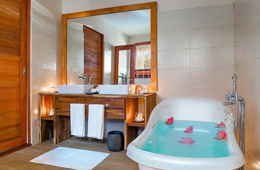 Water Villa mit Pool, Badezimmer, Kudafushi Resort & Spa, Maldives
