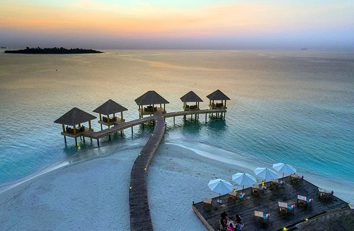 SEA Edge De Bar & Grill Restaurant, Terrasse im Sonnenuntergang, Kudafushi Resort & Spa, Maldives