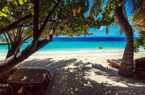 Schattiger Platz, Liegestuhl am Strand, Lily Beach Resort & SPA, Malediven