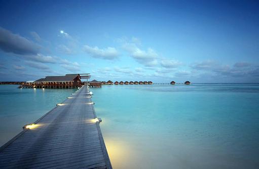 Steg zum Restaurant Umami und den Wasservillen I LUX South Ari Atoll