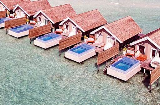 Wasservillen mit Pool von oben, Drohnenaufnahme I LUX South Ari Atoll