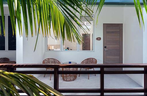 Classic Room, Terrasse, Malahini Kuda Bandos, Malediven