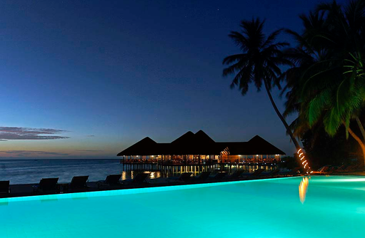 Blick auf die Vila Bar am Abend, Medhufushi Island Resort, Maldives