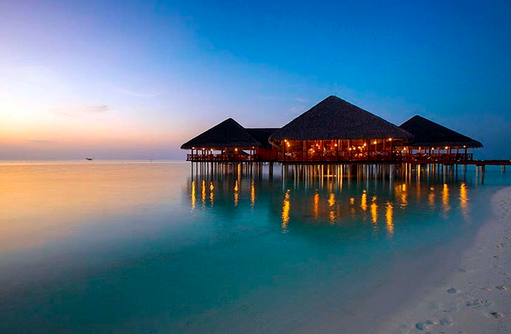 Vilu Bar am Abend, Medhufushi Island Resort, Maldives