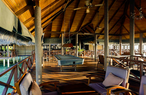 Billardtisch in der Vilu Bar, Medhufushi Island Resort, Maldives