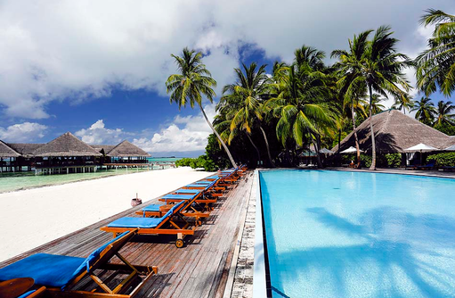 Pool mit Liegen, Medhufushi Island Resort, Maldives
