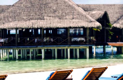 Blick auf die Vilu Bar vom Pool aus, Medhufushi Island Resort, Maldives