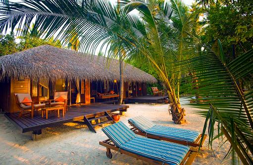 Liegen vor der Beach Villa, Medhufushi Island Resort, Maldives